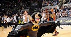 Enlace a La mascota de los Spurs captura un murciélago yendo vestido de Batman