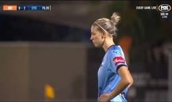 Enlace a El fútbol femenino de Australia inventa la barrera más creativa que se haya visto nunca.