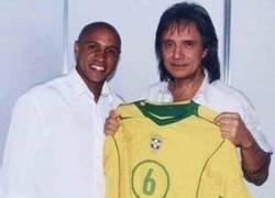 Enlace a Extraña foto de Roberto Carlos conociendo a Roberto Carlos