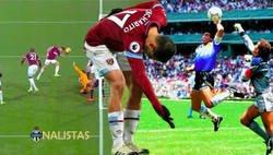 Enlace a El golazo con la mano de Chicharito ante el Fulham a lo Maradona y que subió al marcador