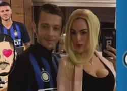 Enlace a Valentino Rossi y su pareja se disfrazan de Icardi y Wanda Nara