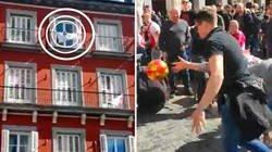 Enlace a Los hinchas del Ajax jugaron a dar balonazos a una bandera del Real Madrid en un balcón de la Plaza Mayor