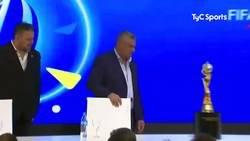 Enlace a El presidente de la federación tocó la copa del mundial femenino sin guantes y casi se la tira. Un capo Tapia.