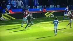Enlace a Un Peaky Blinder se metió a la cancha a golpear a un jugador en el Aston Villa vs Birmingham
