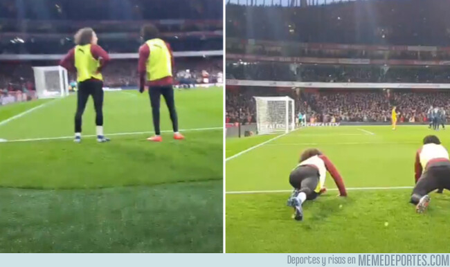 1067784 - Un fan les pidió a Matteo Guendouzi y Alex Iwobi que se agacharan para poder ver un penalti