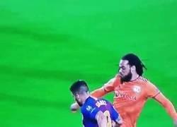 Enlace a Suaréz pisa al defensa y pitan penalti a favor del Barça, todo ok José Luis, siga adelante