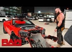 Enlace a Un luchador WWE destroza con sus manos un coche regalado... ¡por ser pequeño! [1:30]