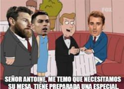Enlace a Mientras tanto Griezmann queriéndose sentar en la mesa de Messi y CR7