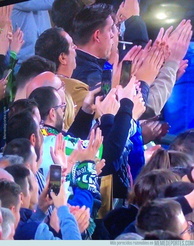 1068659 - Los fans del Betis aplaudiendo la exhibición de Leo Messi