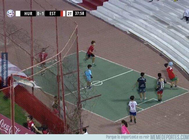 1069109 - Pasión dentro de la pasión. Unos nenes argentinos jugando en el tartán mientras se jugaba un partido de liga