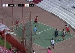 Enlace a Pasión dentro de la pasión. Unos nenes argentinos jugando en el tartán mientras se jugaba un partido de liga