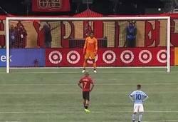 Enlace a El penalti de Josef Martinez contra Argentina no fue el primero que hizo saltando