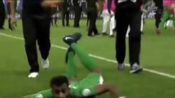 Enlace a Un portero de Arabia Saudi celebra la portería a 0 haciendo el gusano mientras recibe zapatos y botellas de los hinchas contrarios