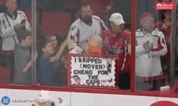 Enlace a Este pequeño fan con cancer se saltó la quimio para ir a ver a su equipo de hockey