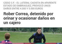 Enlace a Un futbolista detenido por ir meando por los cajeros, lo normal