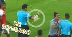 Enlace a En Colombia el árbitro pidió asistencia del VAR al anular el gol... cuando la liga ni siquiera usa esa tecnología. ¿Lapsus o Burla?