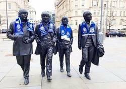 Enlace a Las estatuas de Los Beatles en Liverpool con bufandas del porto es la mejor imagen de esta jornada de Champions