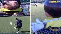 Enlace a La efectividad de Messi lanzándole faltas a un robot gigante prueba que es es humano
