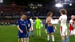 Enlace a Se ha roto la matrix: David Luiz abrazando a David Luiz al finalizar el partido
