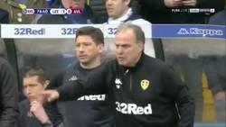 Enlace a El mayor gesto de Fair play: Bielsa ordena a sus jugadores dejarse marcar un gol por haber marcado uno con el rival en el suelo