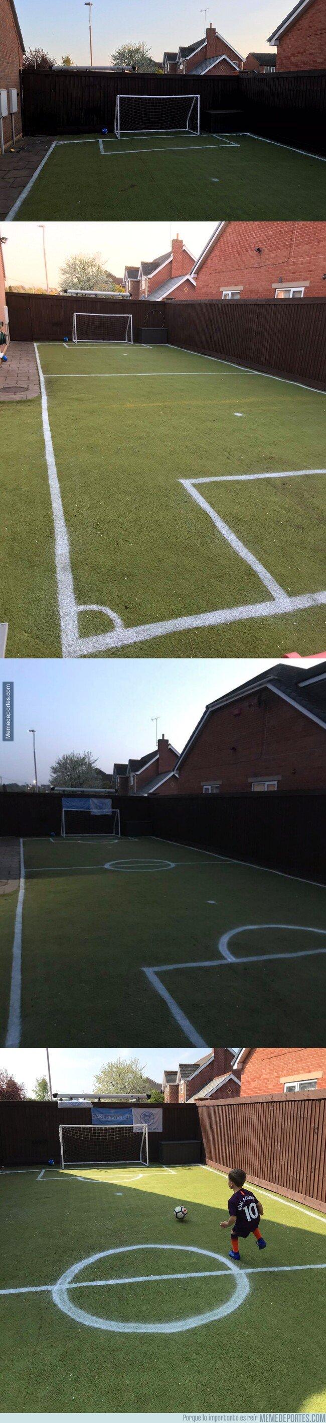 1072938 - Un padre transforma su jardín en un campo de fútbol para el cumpleaños de su hijo