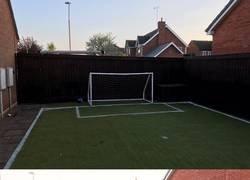 Enlace a Un padre transforma su jardín en un campo de fútbol para el cumpleaños de su hijo