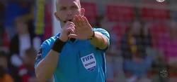 Enlace a El árbitro saca tarjeta roja a un linier por irse a cagar al baño durante el partido