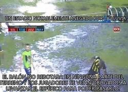 Enlace a Sebastian Abreu logró ser campeón con el Santa Tecla en un campo que parecía el templo del agua