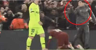 1074397 - Un recogepelotas del Liverpool se mofó de Messi haciéndole 'una peineta a la inglesa'