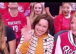 Enlace a El osito mascota de los Houston Rockets también hinca la rodilla frente a Khaleesi