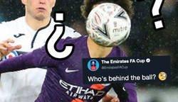 Enlace a La 'FA' pregunta quién se encuentra detrás del balón y todos los aficionados responden con ironía