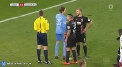 Enlace a El trucazo de un portero en Alemania para que el delantero falle el penalti