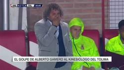 Enlace a WTF? En la Copa Sudamericana, el entrenador del Tolima le dio un manotazo a su kinesiólogo porque sí.