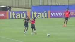 Enlace a Weverton, de 19 años le metió un caño a Neymar. Este no vuelve a pisar ese rondo.