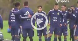 Enlace a Los nuevos compañeros de Messi fueron a sacarse fotos con él. Por ahora, todo normal en Argentina