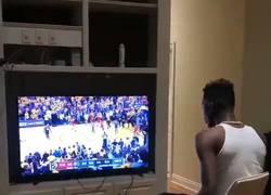 Enlace a Este fan de los Warriors no está muy contento con las finales de la NBA