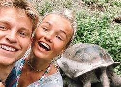 Enlace a La foto más random del día: De Jong y su mujer con 2 galápagos sacándose el calentón