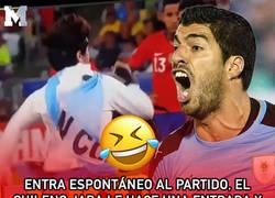 Enlace a Entra un espontáneo al partido, el chileno Jara le hace una entrada y Suárez corre a pedir la expulsión para él