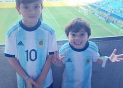 Enlace a ¿Adivina qué hijo de Messi pasa hasta de llevar el dorsal y nombre de su padre?