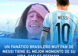 Enlace a Un fanático brasileño muy fan de Messi tiene el mejor momento de su vida. Casi se desmaya.
