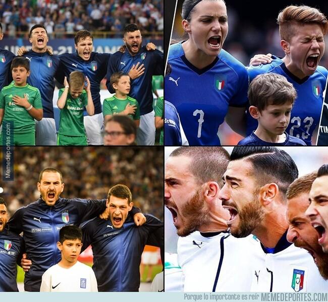 1079344 - A los italianos se les va un poco la olla cantando el himno