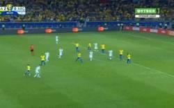 Enlace a No todo fue malo, Foyth sacó a bailar a Coutinho en el último ataque de Argentina