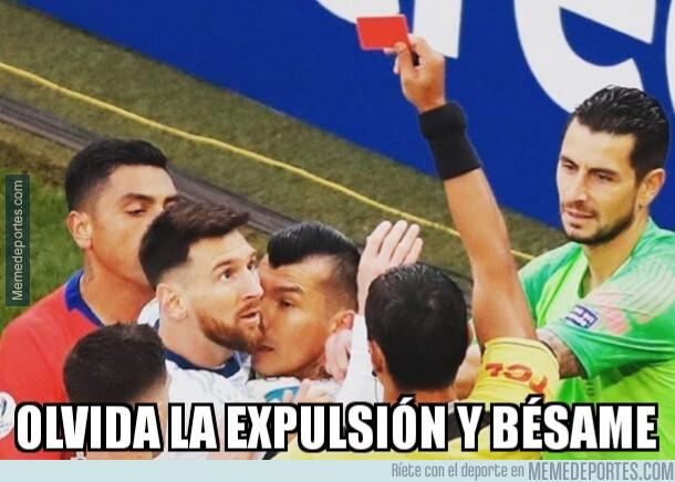 1080376 - Medel se arrimó a Messi más de la cuenta
