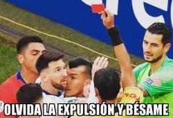 Enlace a Medel se arrimó a Messi más de la cuenta