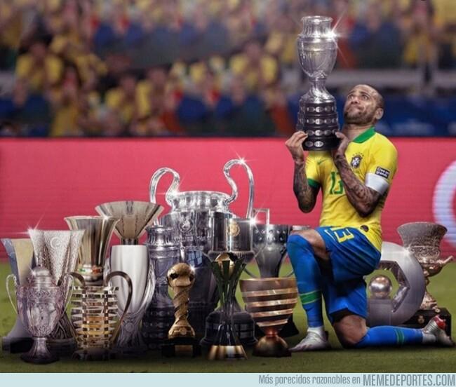 1080509 - Dani Alves levanta su 40° título, por @brfootball