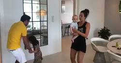 Enlace a Xavi sorprende a todo el mundo bailando el himno del Barça con sus hijos desde buena mañana