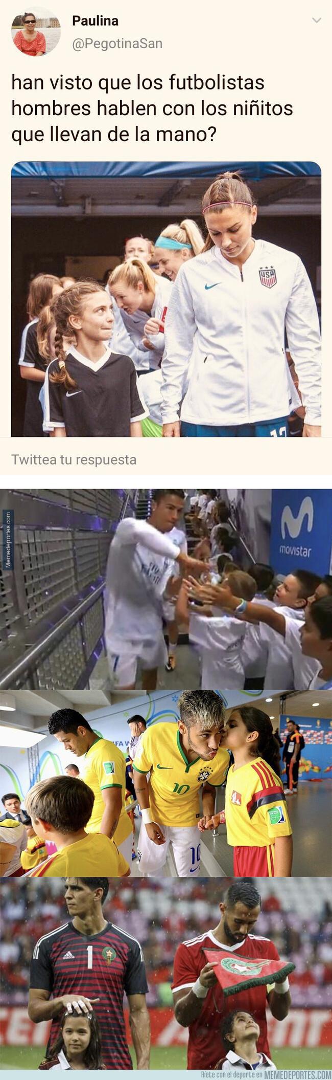 1080801 - Ojalá los futbolistas hombres den la mano a los niños que esperan
