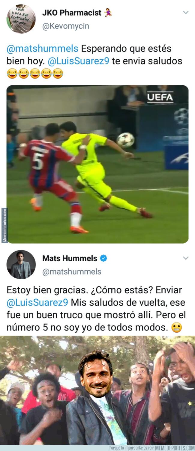 1080836 - Un fan le recuerda a Hummels un regate de Suárez pensando que se lo hicieron a él y este le deja por los suelos