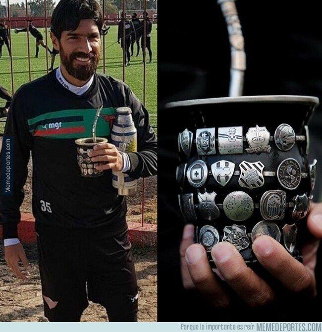 1081348 - Genio y figura. el Loco Abreu tiene un envase de mate con los escudos de todos los equipos donde estuvo.