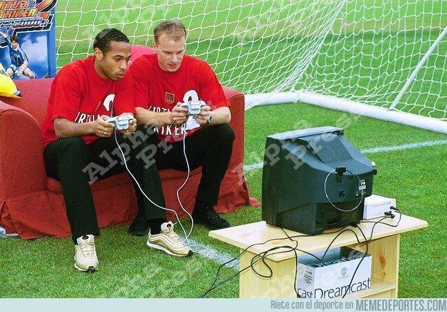1081976 - Evocando nostalgia: Henry y Bergkamp jugando a la Dreamcast en el Highbury Stadium